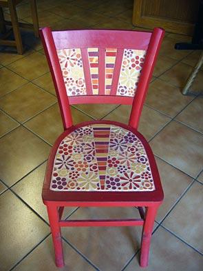 Chaise décorée de mosaïque